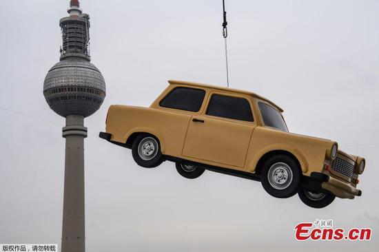 汽车停在天际线在柏林公园宣传