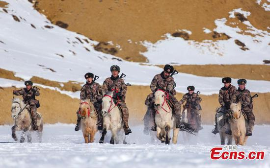 Police trained on horseback in Tibet