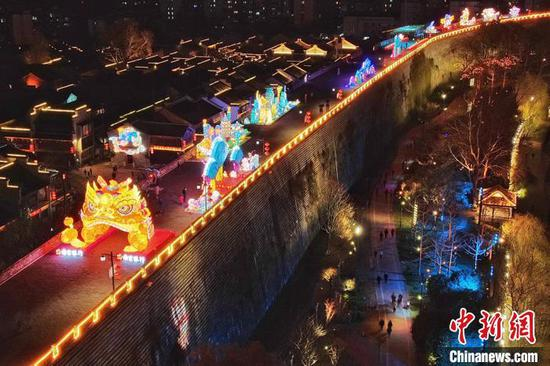 Visual feast on ancient wall in Nanjing