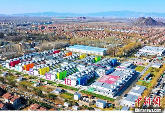 Xiaotangshan Hospital in Beijing has been painted with bright colors. (Photo provided to China News Service)