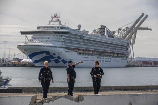 2020年3月9日,警察在美国奥克兰港大公主号游轮码头附近守卫。(李建国/新华社摄)