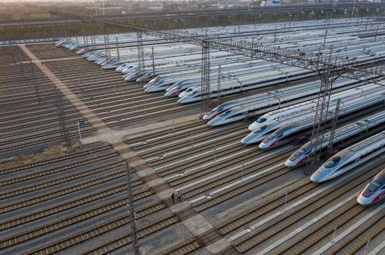 High-speed trains remain in their tracks at the Wuhan Railway Station on Feb 23. (Photo by Yuan Zheng/For China Daily)