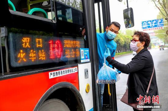 武汉大巴停驶两个月后上路