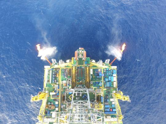 Work is carried out on Wednesday on a South China Sea platform to extract flammable ice in a second trial exploration. A record amount of about 28,700 cubic meters is being collected per day. From Feb 17 to March 18, a total of 861,400 cubic meters was extracted. (Photo/XINHUA)
