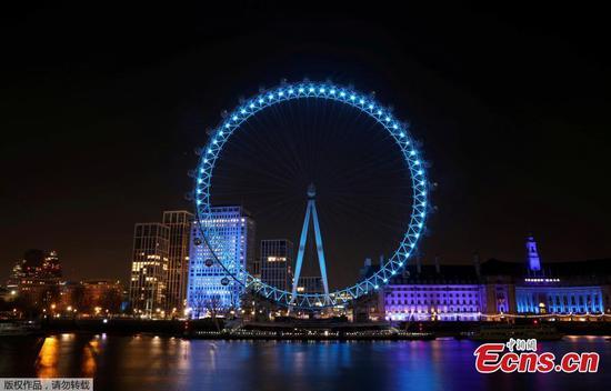 伦敦的地标为蓝色,以表示对医务人员的支持