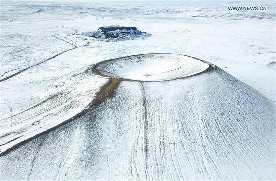内蒙古北部的白雪覆盖的火山