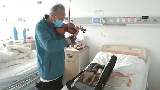 The 87-year-old patient plays the violin to salute the medical team who has saved his life. (Photo/ Screenshot on CNSTV)