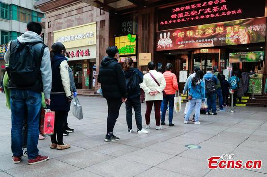 Residents queue to buy qingtuan in Shanghai
