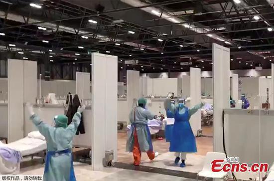 医务工作者在马德里的临时医院里跳舞以振作精神