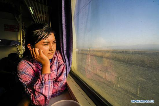 Pic story: girl in Xinjiang gets employed to raise her family