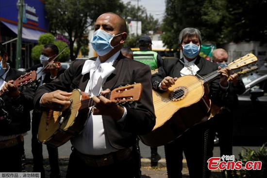 Band delivers serenade for medical staff in Mexico