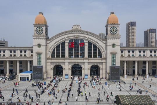 随着出境旅行限制的解除,武汉恢复了正常生活