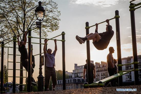 People allowed to participate in outdoor sports after 7:00 p.m. in Paris during strict lockdown