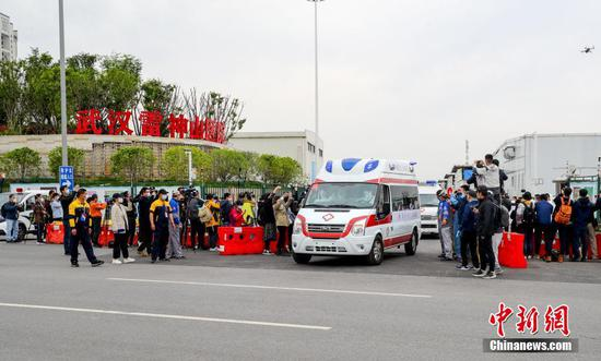 An ambulance carrying one of the last four patients of Leishenshan Hospital in Wuhan, Hubei Province, leaves the hospital on April 14, 2020. (Photo/China News Service)