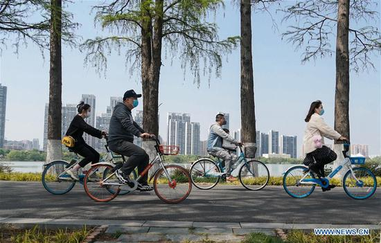 People enjoy spring scenery along Donghu greenway in Wuhan