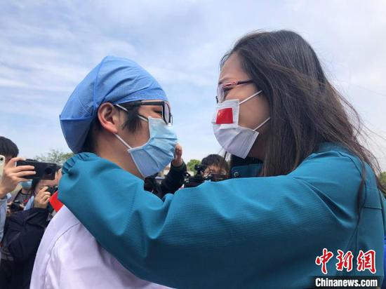 Doctors from Peking Union Medical College Hospital and Wuhan Tongji Hospital say farewell in Wuhan, Hubei Province, April 14, 2020. (Photo/China News Service)