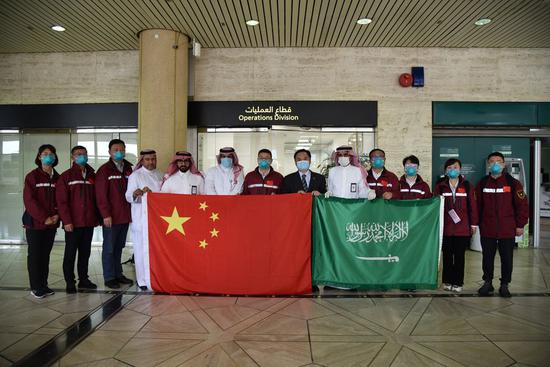A team of Chinese medical experts arrives at the King Khalid International Airport in Riyadh, capital of Saudi Arabia, April 15, 2020. (Xinhua/Tu Yifan)