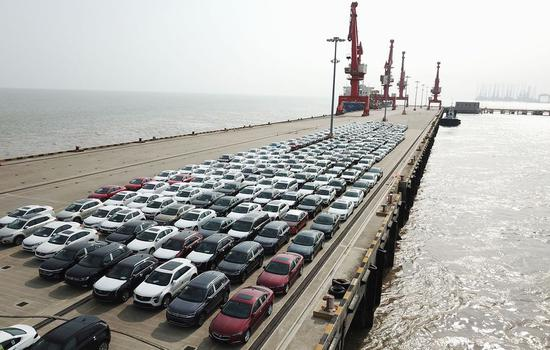 Aerial photo taken on June 27, 2019 shows new cars wating for shipment at a port in the Lingang area in Shanghai, east China. (Xinhua/Fang Zhe)