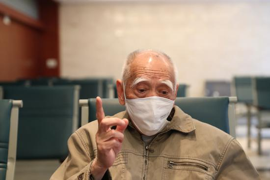 Recovered senior COVID-19 patients Xu Ming (right) talks about their experience with the virus in Wuhan, Hubei province, on April 16, 2020. (Photo by Wang Jing/China Daily)