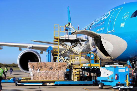 中国与阿根廷之间的首次直航交付了针对COVID-19的医疗用品