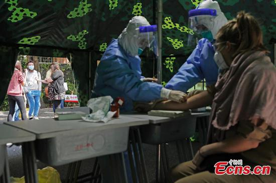 Foreign teachers receive nucleic acid test in Shanghai