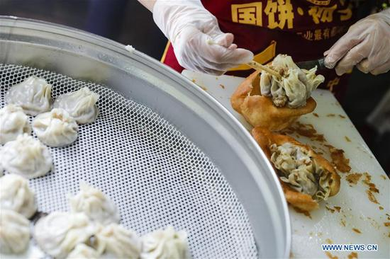 Breakfast stores in Wuhan reopen to offer freshly-made breakfasts to residents