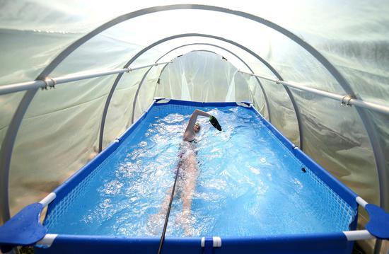 波斯尼亚少年游泳冠军弥补了温室中的小水池