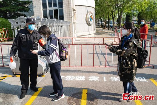 High schools reopen for senior students in Beijing