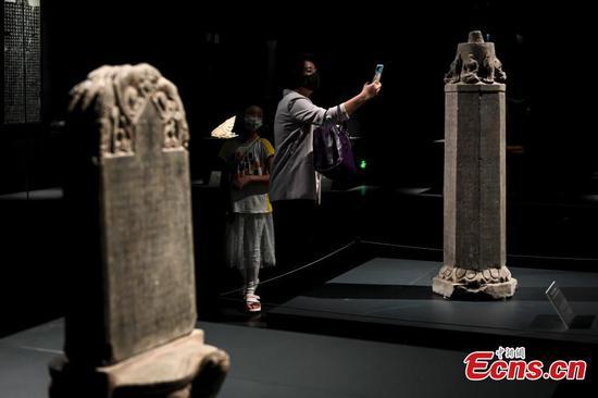 龙门石窟文物在广州展出