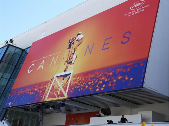 Workers make preparations for the 72nd edition of Cannes Film Festival in Cannes, France, on May 13, 2019.  (FilePhoto / Xinhua)