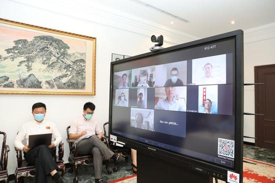 Photo taken, on April 30, 2020 shows a video workshop held for the Chinese community at the Chinese embassy in Kuwait City, Kuwait. (Xinhua/Nie Yunpeng)