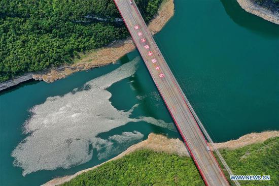 水果机西南贵州飞龙湖吴江大桥正在建设中