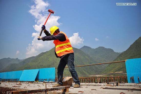 在严格的防疫措施下,工人加快高速公路建设