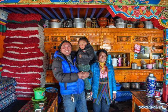 藏族家庭通过辛勤工作和扶贫工作摆脱了贫困