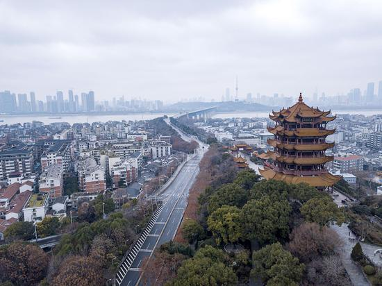 Aerial photo taken on Jan. 26, 2020 shows the Yellow Crane Tower and the Yangtze River Bridge during a lockdown to contain the epidemic in Wuhan, central China's Hubei Province. (Xinhua/Xiong Qi)