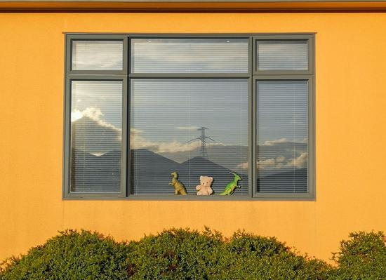 Photo taken on March 30, 2020 shows toys displayed at a window of a house in Wellington, New Zealand. (Xinhua/Guo Lei)
