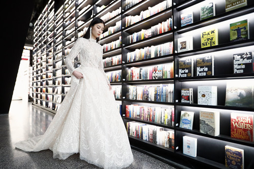 Fashion show staged at 24-hour bookstore in Beijing