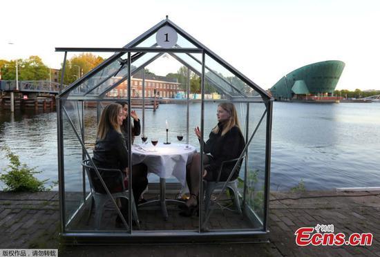 荷兰餐厅在爆发期间试用玻璃摊位就餐
