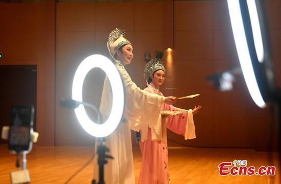 中国传统戏曲通过现场直播上演