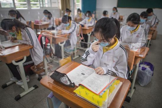 高中生使用放在桌子上的透明板恢复课程