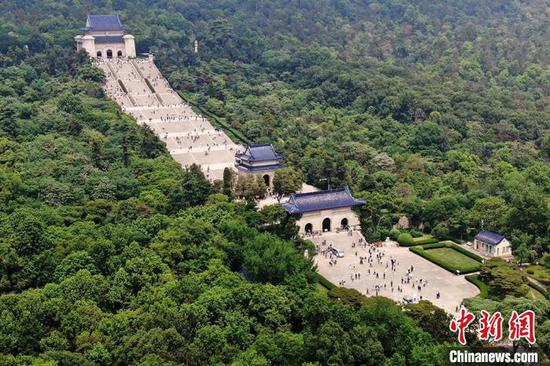 Chinese adapt to reservation-based scenic spot visits amid coronavirus battle