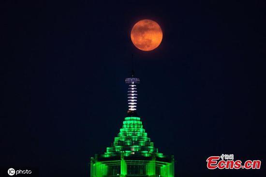 年终超级月亮在星期四晚上升起