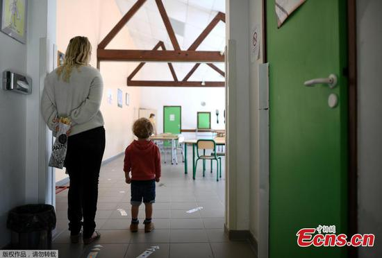 Schools prepare for reopening with measures in France