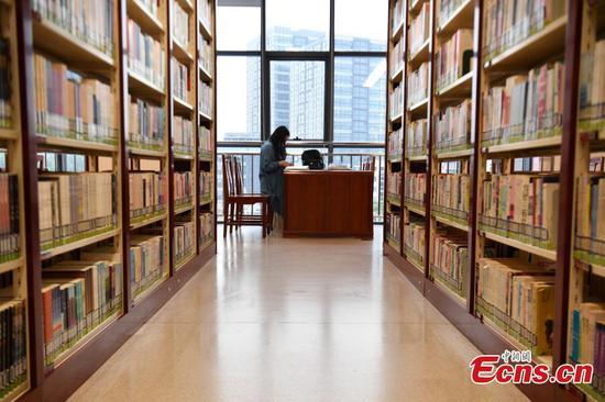 北京郊区中心的公共图书馆重新开放