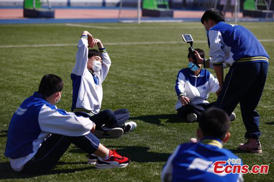 Junior high school students return to campus in Beijing