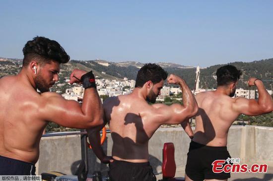 健美教练在冠状病毒锁定期间举行屋顶锻炼课程