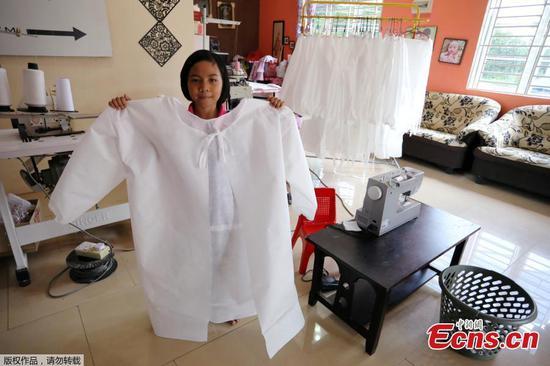 马来西亚女学生为医务人员缝制防护服