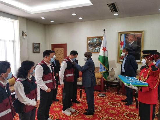 Djiboutian Prime Minister Kamil Mohamed awarded the Independent Day Medals to the Chinese medical team members in the capital Djibouti, May 10, 2020. (Xinhua)