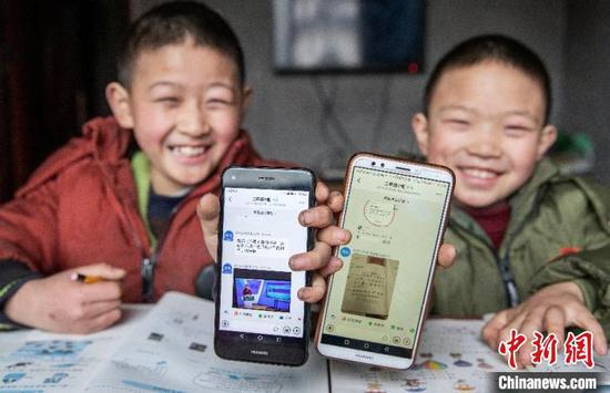 Mobile phone most popular internet surfing tool among Chinese minors