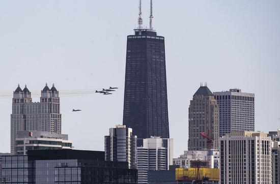 美国海军蓝天使飞越芝加哥向医护人员致敬